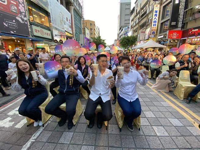 台中市長盧秀燕(右)5日在逢甲商圈免費發放雞排及珍珠奶茶,也抽出10萬元現金獎及6萬元電動機車。(盧金足攝)