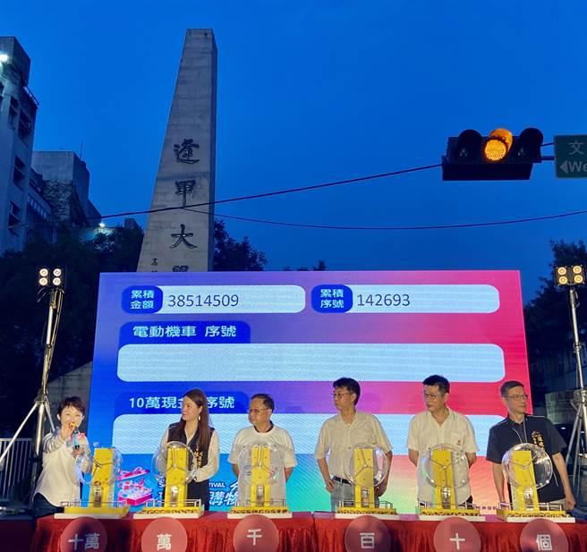 台中市長盧秀燕(左)5日晚上在逢甲商圈抽出現金10萬元幸運兒。(盧金足攝)