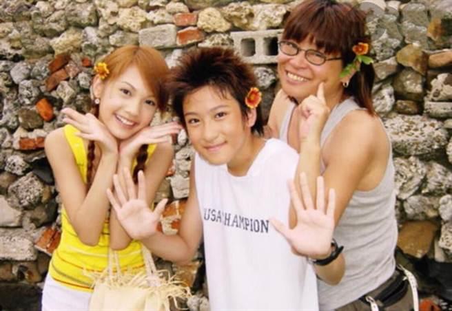 楊冠玉(右)2003年與沈建宏、楊丞琳一起俏皮自拍。(資料照)