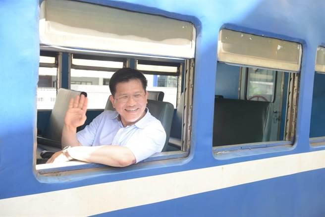 交通部長林佳龍搭藍皮解憂號。(交通部提供)