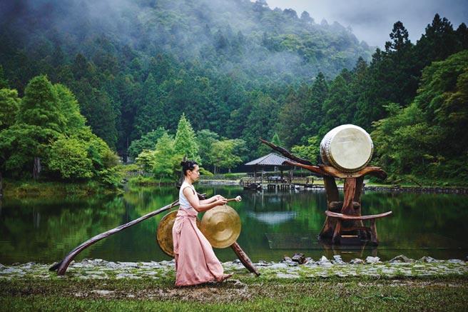 優人神鼓經典演出「聽海之心」,將於7月17~19日在海拔1千多米的明池水劇場,帶領大家心靈充分療癒。圖/業者提供