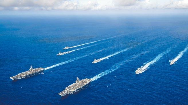 美國「雷根號」和「尼米茲號」雙航母打擊群在美國國慶日當天舉行近年來最大雙航母軍演聯合操練,展現多支航艦打擊群在鄰近位置協同行動的戰力。 (摘自美太平洋艦隊臉書)