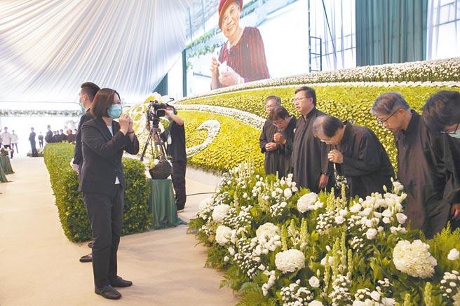 蔡英文總統4日赴桃園市長鄭文燦母親鄭邱碧回告別式弔唁,並向家屬鞠躬致意。(家屬提供/蔡依珍桃園傳真)