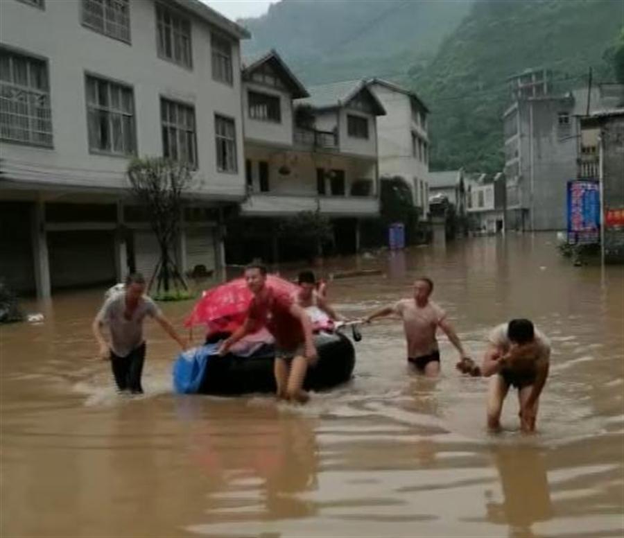 一名高危險產婦前往縣城急救遇上洪水,在醫生與熱心群眾協助下以汽車輪胎做浮具,漂浮在洪水上緊急分娩。(圖/央視影片截圖)