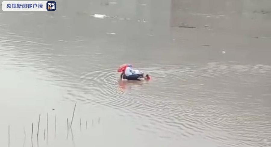 雲南產婦在醫生與民眾協助下以輪胎轉運,途中經過深達2米淹水區,情況非常驚險。(圖/央視截圖)