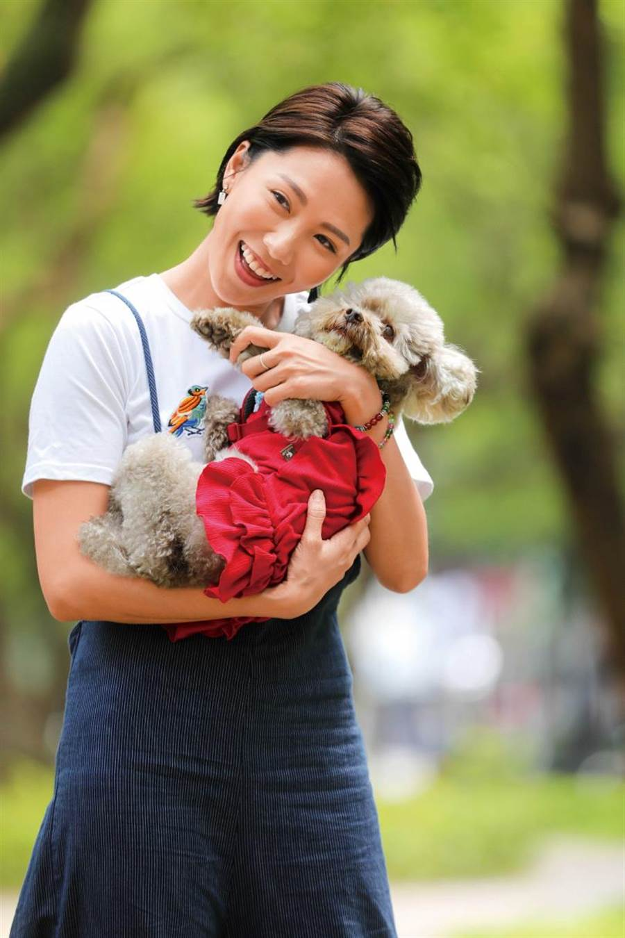 对于狗女儿噗噗今年初才熬过大手术,大牙十分心疼,拍摄时也不断抱着牠,一举一动尽显宠爱。(摄影/施岳呈)