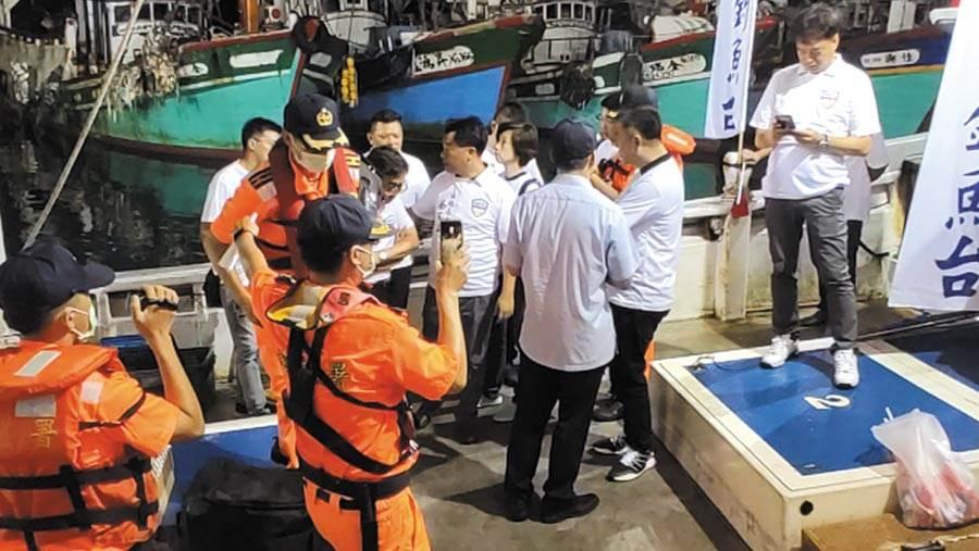 12名「保釣辦公室」成員3日深夜發動奇襲出海保釣,但遭到上百名海巡等單位人員阻攔。(保釣辦公室提供/胡健森宜蘭傳真)