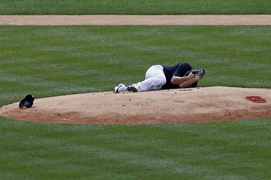 洋基投手田中將大被隊友平飛球打中頭部。(美聯社)