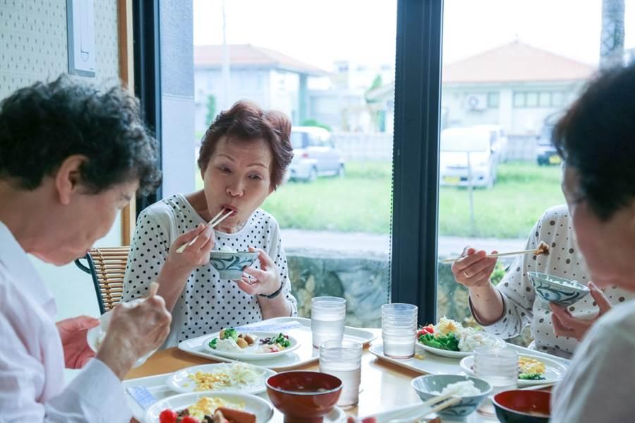 老媽常吃家裡飯菜,不僅容易變胖還可能因此招惹婦癌上身。此為示意圖。(達志影像/shutterstock)
