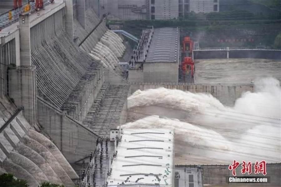 圖為三峽大壩洩洪(圖/中新社)
