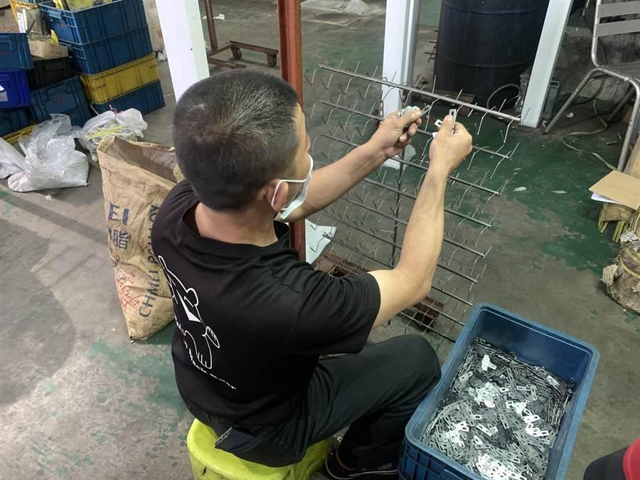 台中市勞工局為幫助身心障礙者前進職場,展開一對一個別訓練,幫助多人找到工作。(台中市府提供/盧金足台中傳真)