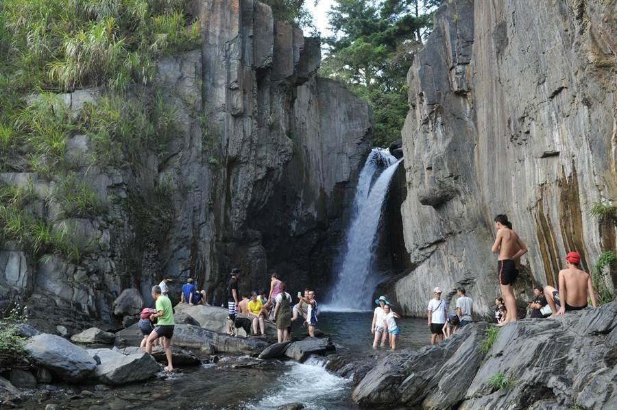 夢谷瀑布是埔霧公路三座瀑布之一,雖公告禁止游泳、戲水,但仍有許多遊客下水,讓當地人搖頭。(中時資料照)