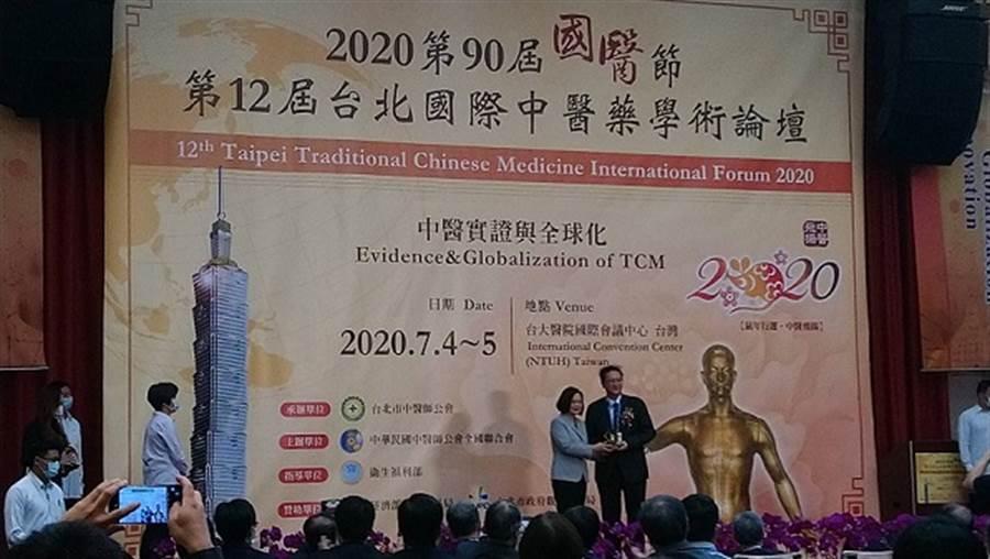 蔡英文今天出席台北國際中醫藥學術論壇大會開幕式會後表示,自己要向蔡博宇家屬表達哀悼之意。(鄭郁蓁攝)