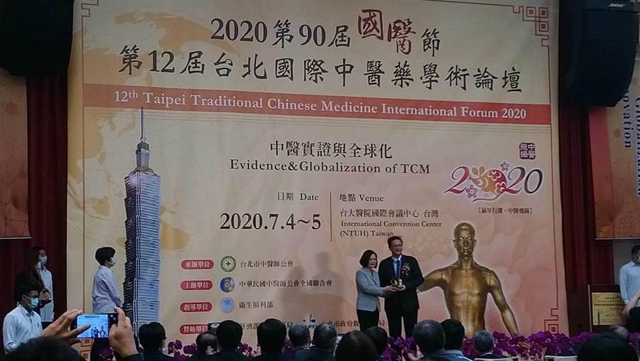 總統蔡英文與立法院長游錫堃,今出席第12屆台北中醫藥學術論壇。(圖/鄭郁蓁攝影)