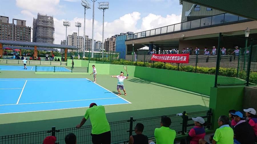 台中市市長盃軟式網球錦標賽4、5日在台中市國際網球中心舉行。(盧金足攝)