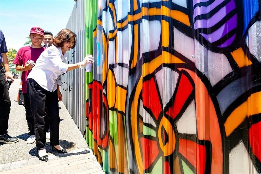 宜蘭縣在中興文創園區設置宜蘭第一個合法塗鴉牆,今天縣長林姿妙與青年們一起塗鴉,用行動鼓勵大家發揮創意、分享創作理念。(李忠一攝)
