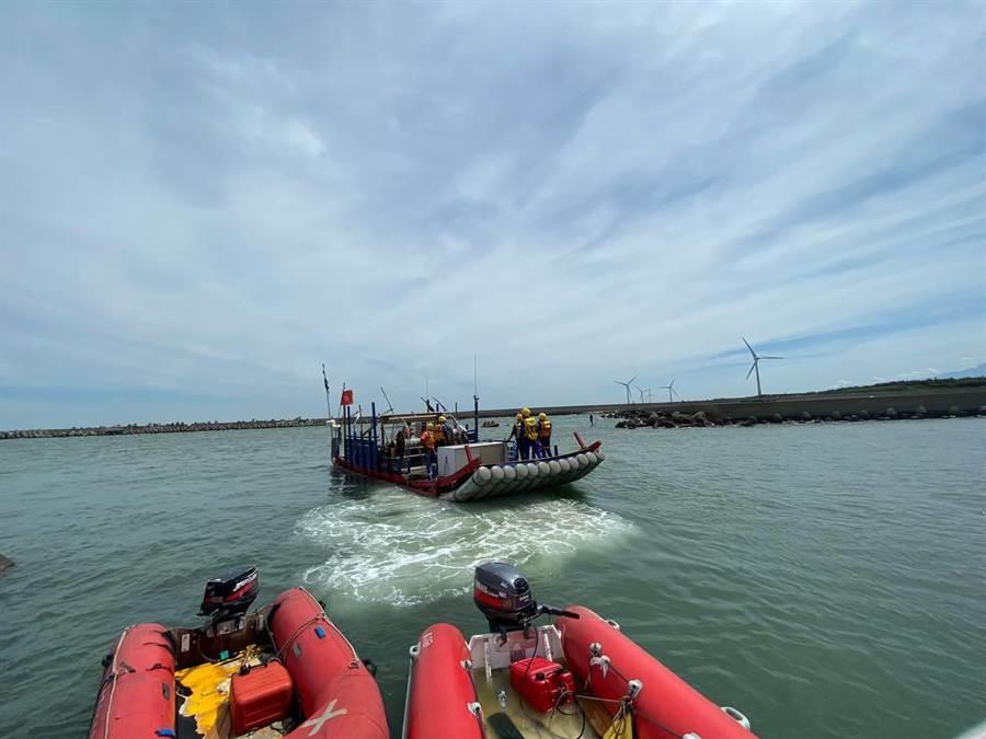 警消人員結合各單位出動橡皮艇進行水上救災演練。(台中市消防局提供/張妍溱台中傳真)