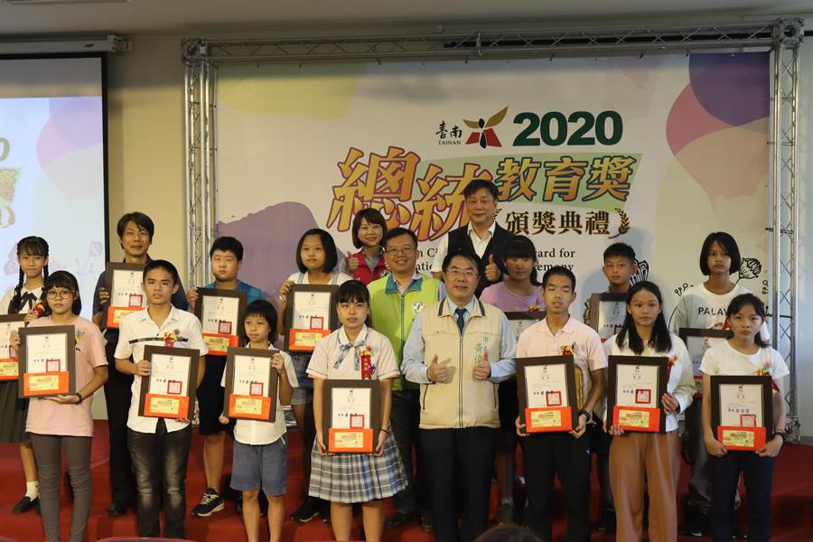 台南市政府教育局今日(5)上午在新南國小舉辦市級總統教育獎頒獎典禮,今年共有14位學生獲獎。(李宜杰攝)