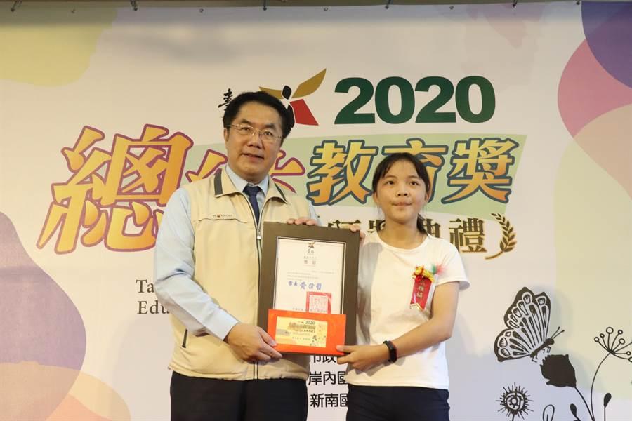 其中,南化國中張雅娟(右)更榮獲全國總統教育獎,將於17日北上接受蔡英文總統表揚。(李宜杰攝)