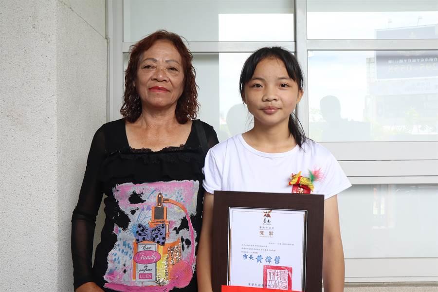 張雅娟(右)平時都會分擔家中務農生意,也會幫中風的奶奶(左)按摩復健。(李宜杰攝)