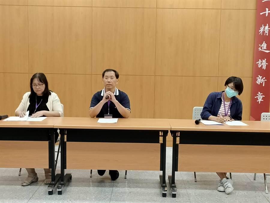 指考地理解题,左起南湖高中教师林静怡、丽山高中廖伟国、中山女高林姿吟。(简立欣摄)