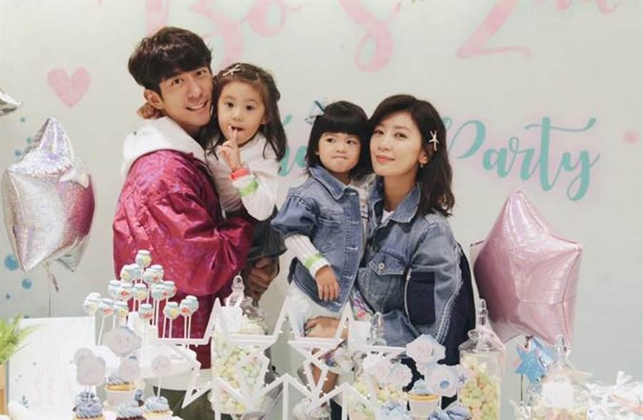 修杰楷和賈靜雯育有一對超萌女兒。(圖/翻攝自臉書)