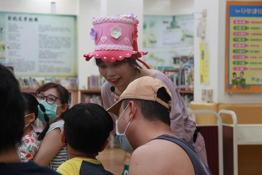 彰化縣議員温芝樺化身說故事姐姐,在彰化市立圖書館為小朋友們說繪本故事。(議員服務處提供/謝瓊雲彰化傳真)