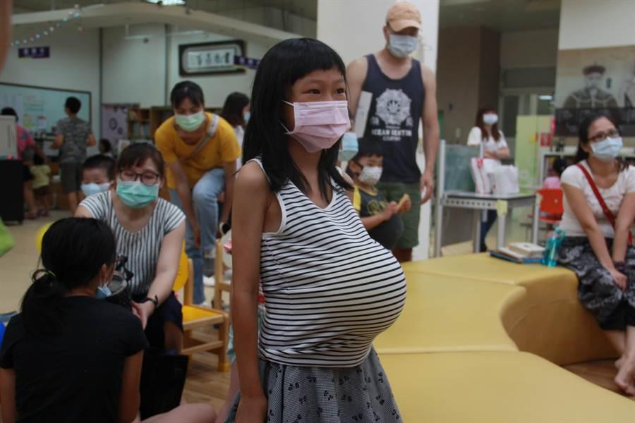 為了讓孩子們體驗母親懷胎十月的辛苦,小朋友在上衣裡塞進一顆氣球,在戶外活動、爬樓梯,10分鐘的時間不能讓氣球破掉。(議員服務處提供/謝瓊雲彰化傳真)