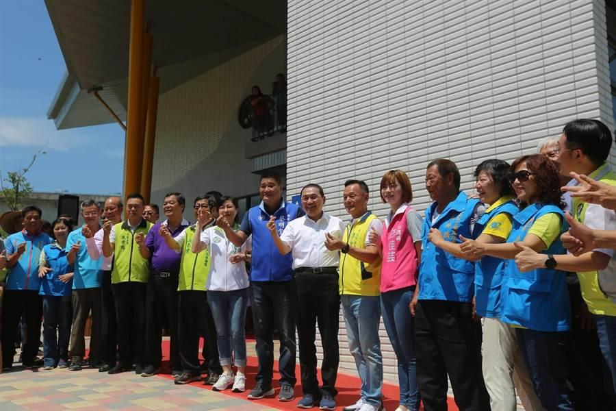 新北市長侯友宜(中)5日上午出席「二重埔市民活動中心」啟用典禮。(葉書宏攝)