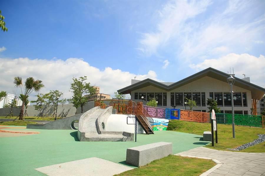新北市政府於二重公園興建「二重埔市民活動中心」5日啟用,周圍用地改建為棒球主題的共融遊戲場。(葉書宏攝)