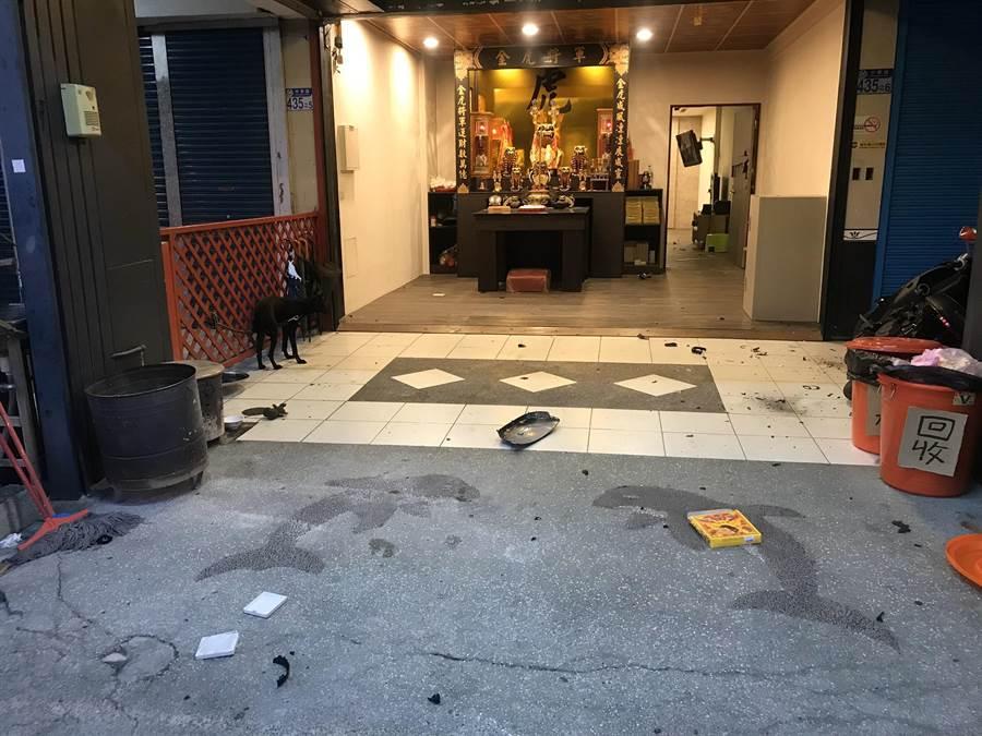 駱男清晨4點多先率眾砸爛蘇男位於市區的住處,進而引起衝突。(羅亦晽翻攝)