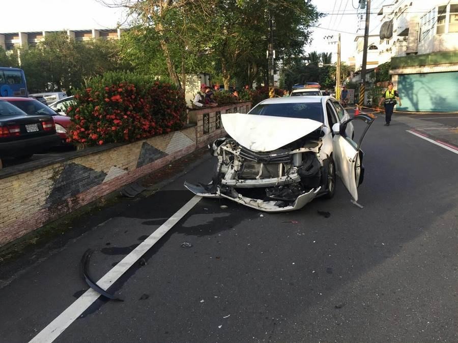 雙方追撞後,現場一輛白色豐田轎車當場車頭全毀。(羅亦晽翻攝)