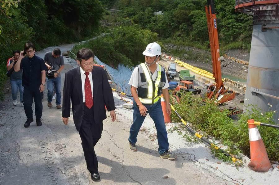 正值防汛期,高雄巿代理巿長楊明州前往桃源區視察,了解建國橋施工狀況。(高巿府提供/曹明正高雄傳真)
