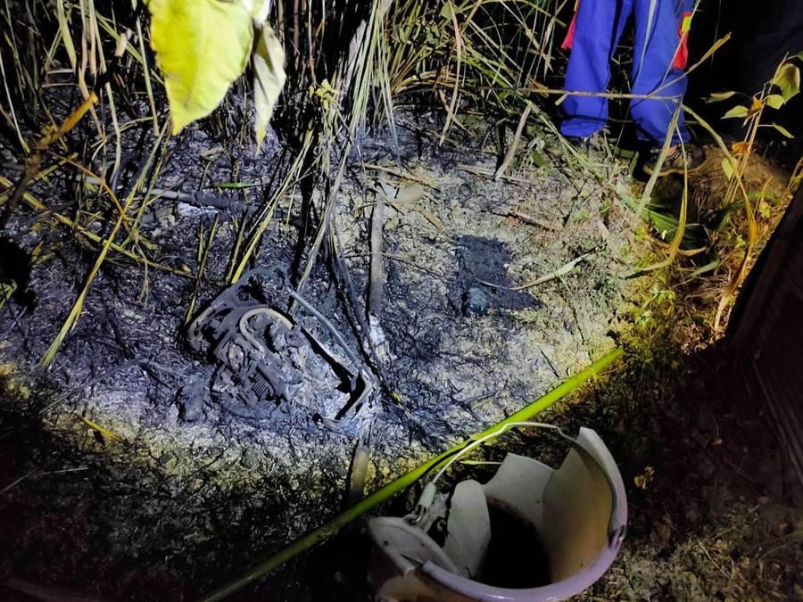 苗栗縣山城救援協會搜尋失蹤老翁的菜園,發現老翁的水瓶及被燒毀的割草機。(苗栗縣山城救援協會提供/巫靜婷苗栗傳真)