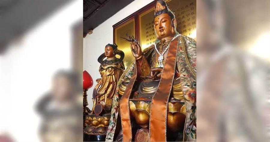 台東市天后宮信徒捐贈項鍊給觀音像,卻於昨日驚傳失竊。(圖/翻攝畫面)