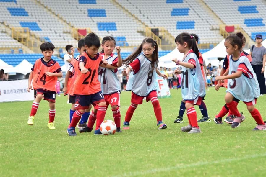 無視現場烈日高照,參加北市幼兒足球賽的小選手都很認真比賽。(北市體育局提供)