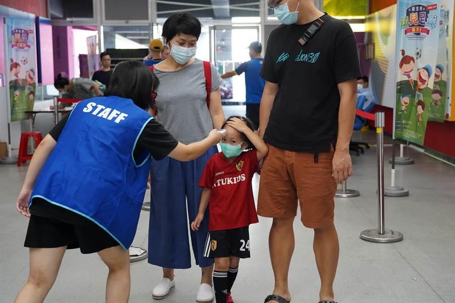 所有小選手與家長進場都需測量體溫。(北市體育局提供)