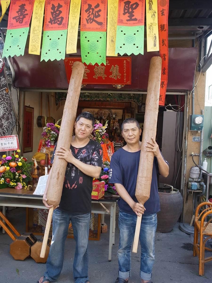 雲林縣北港鎮媽祖信徒蔡嘉彰(左)製作5支「大支香」,每支高2公尺、重20公斤。(張朝欣攝)
