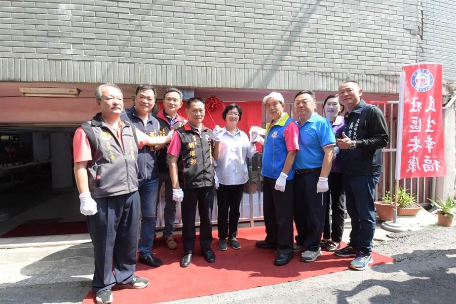 彰化縣員林市民生社區發展協會照顧關懷據點,5日在員林衡文宮揭牌。(謝瓊雲攝)