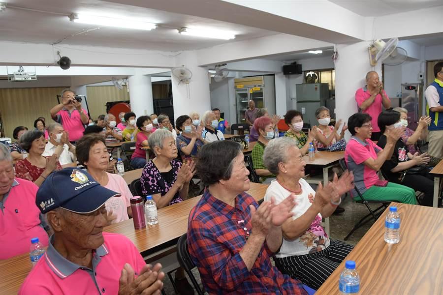 民生社區發展協會與長壽俱樂部的成員爺奶們都出席揭牌成立大會。(謝瓊雲攝)