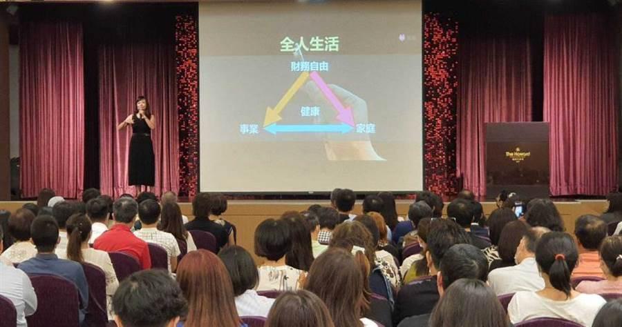 龍巖徵才說明會業務長林倩如分享其轉職成功的心路歷程、生命產業的發展前景,以及龍巖的競爭優勢與藍海策略。(圖/業者提供)