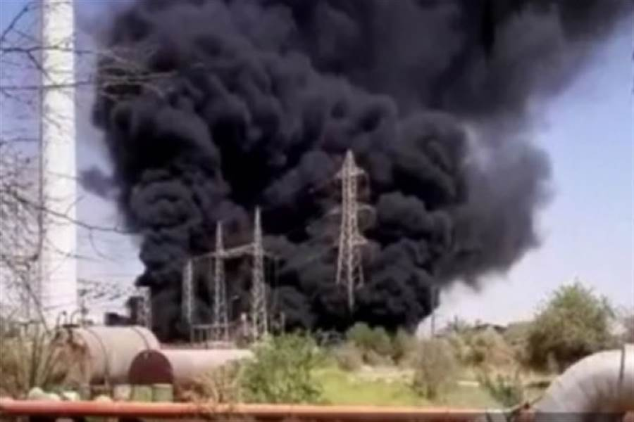 伊朗阿瓦士電廠的變壓器起火,發生陣陣濃煙。(圖/伊朗通訊社)