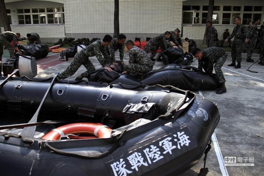 陸戰隊官兵操舟訓練。海軍陸戰隊提供。