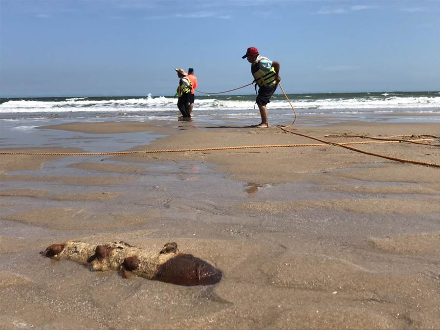 金門成功海域今(5)日下午舉辦「山海牽罟」親海活動,沙灘上意外發現1枚未爆彈。(金湖鎮代陳向鑫提供)