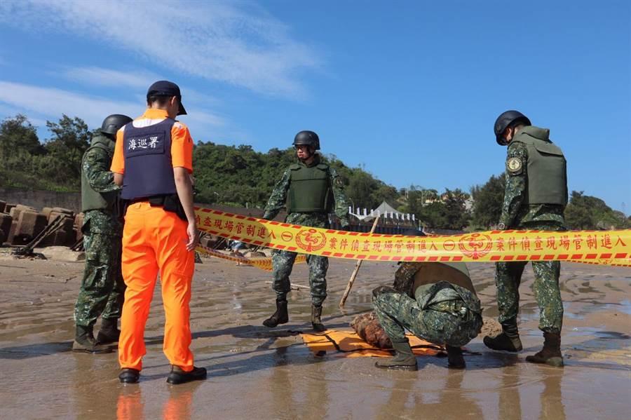 金門岸巡隊緊急通報軍方,金防部未爆彈處理小組確認是100磅空用炸彈殘體,已移除攜回進一步處置。(金門岸巡隊提供)