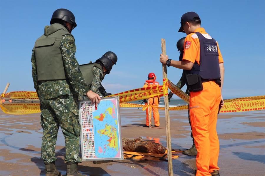 岸巡封鎖現場管制人員進出,並通報陸軍金防部(金門岸巡隊提供)
