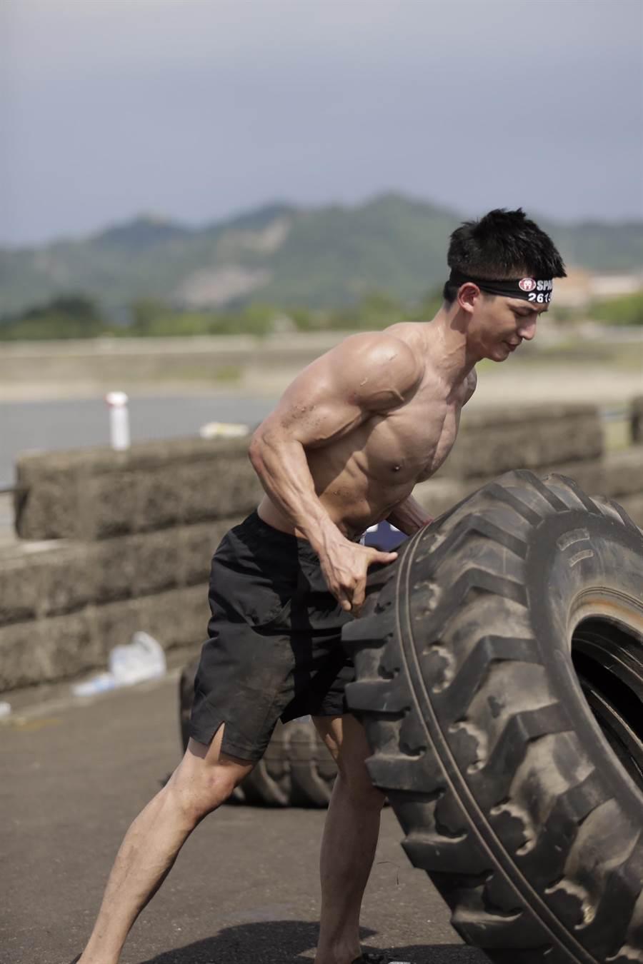 王家梁裸身露肌第二度挑戰斯巴達障礙跑。(寬寬整合行銷提供)