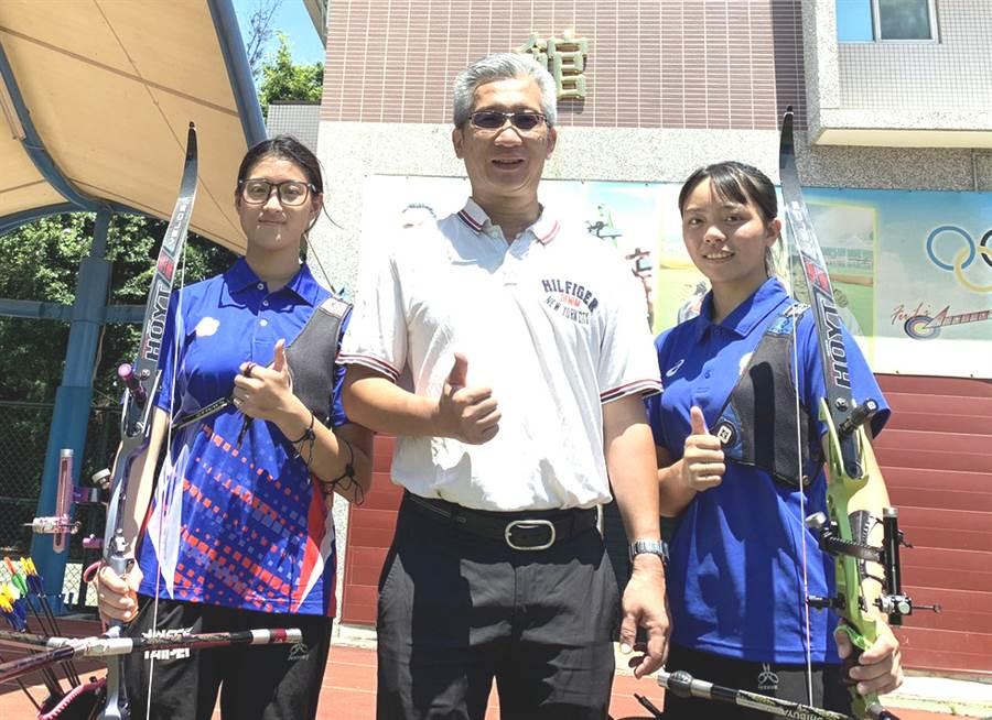協會青年隊蘇思蘋(左)和陽亞蓉(右)將成清華大學新鮮人。(中華企業射箭聯盟提供)