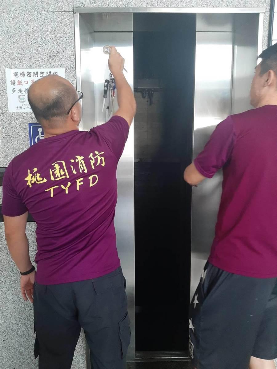 受困電梯民眾最後在消防員協助下一一脫困。(翻攝照片/呂筱蟬桃園傳真)
