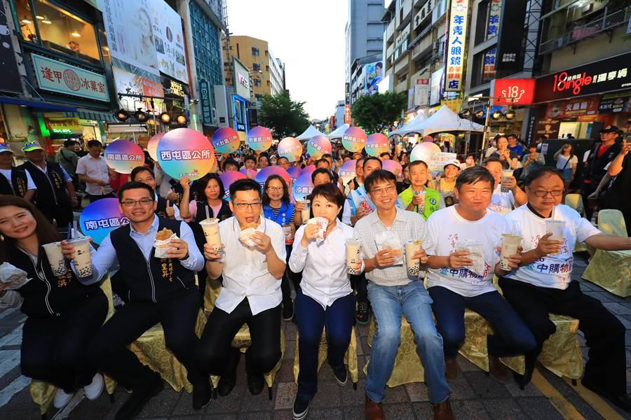 台中市长卢秀燕一口珍奶、一口鸡排,称讚台中鸡排、珍奶最好吃。(卢金足摄)